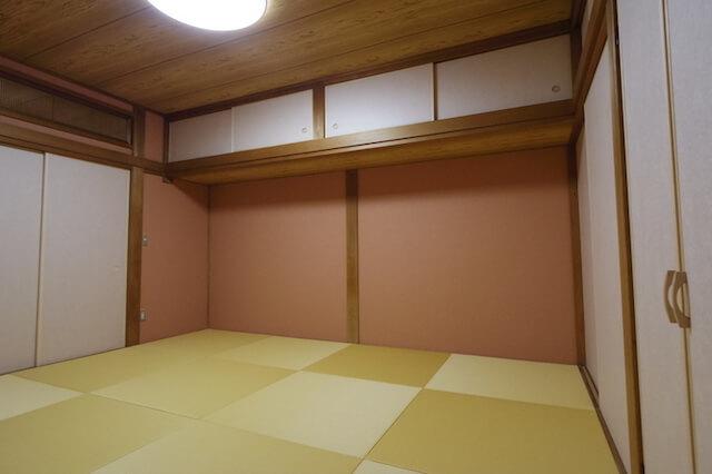 和室の壁は、もともと砂壁や土壁などが主流でしたが、最近のリフォームでは施工費が安い壁紙クロスを使うことが一般的になってきました。
